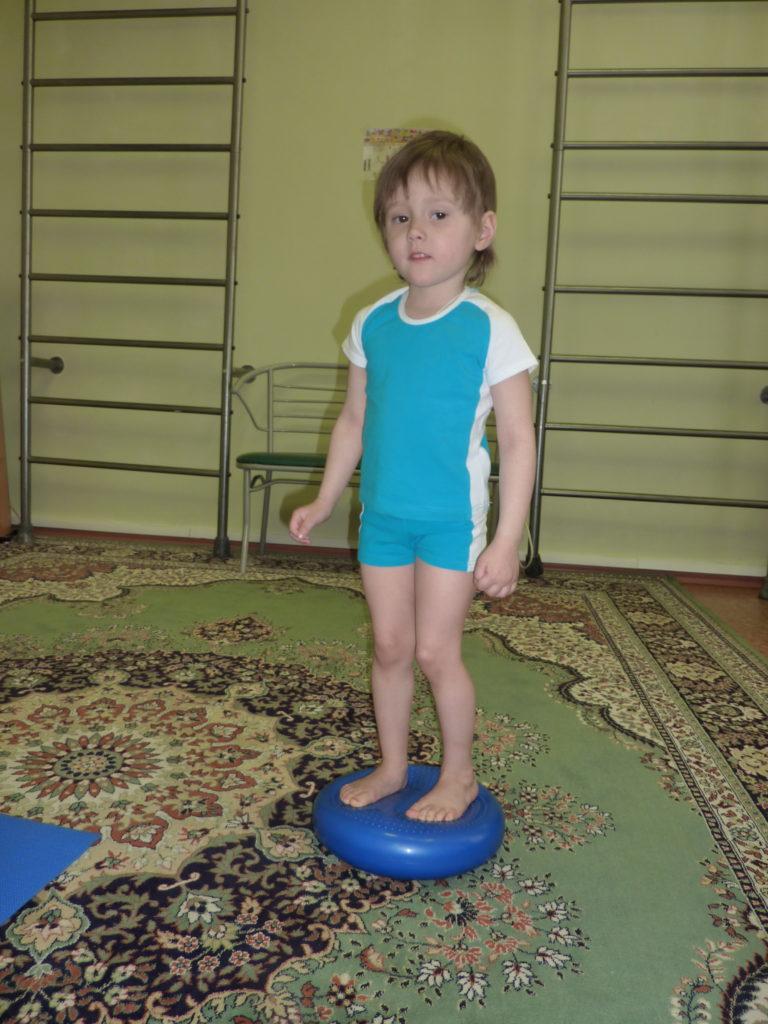упражнение на балансировочной подушке для детей