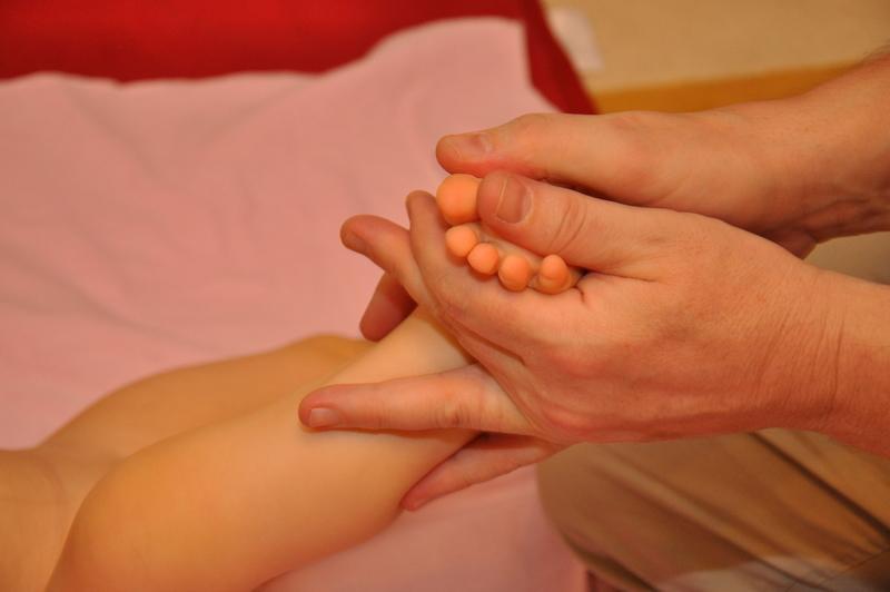 массаж стопы, поглаживание